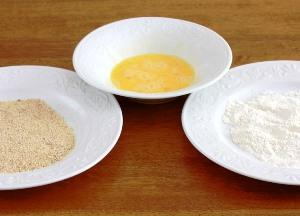 подготавливаем муку, яйца и сухари