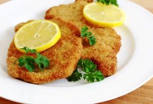 готовые отбивные подаем с соусом или лимоном