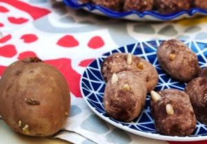 украшаем пирожные орехами или семечками