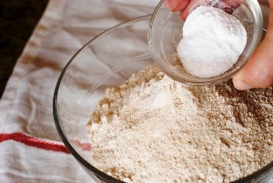 смешиваем муку, соль и соду