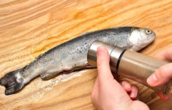 Посолите и поперчите рыбу