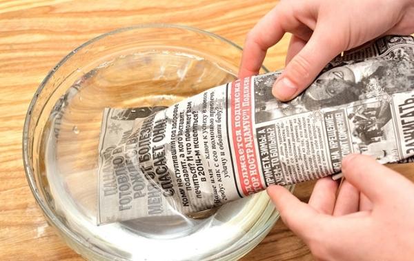 Намочите газету водой
