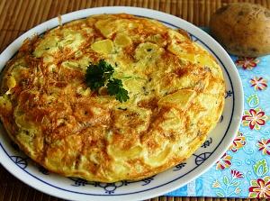 зажарку, ломтики картошки и красного перца заливаем яйцом и тушим