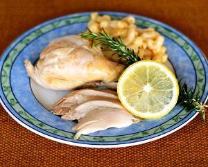 готовую курицу подаем целой, украсив лимоном и травами