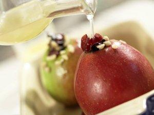 кладем яблоки в мультиварку, заливаем соком и выпекаем 35 минут