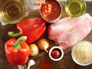 нарезаем кубиками индейку и овощи и тушим с рисом 40 минут