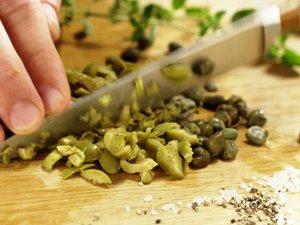 нарезаем каперсы и оливки