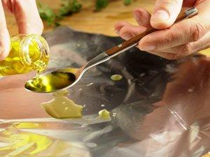 смазываем фольгу оливковым маслом