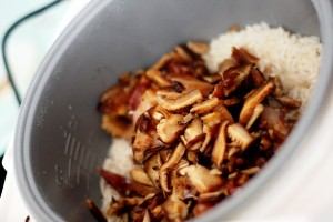 к полуготовому рису добавляем смесь из мяса и грибов