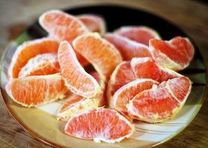 чистим и разделяем на дольки апельсины