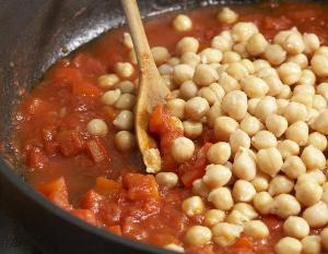 добавляем в суп тунца, бобы, зелень и специи и тушим 10 минут