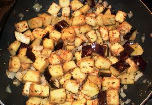 обжариваем овощи в мультикастрюле и добавляем бульон