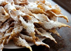 готовый хворост посыпаем сахарной пудрой