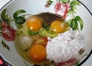 смешиваем яйца, крахмал, перец и соль