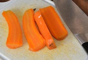 украшаем блюдо морковью