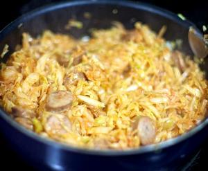 Рецепт тушеной капусты с колбасой в мультиварке