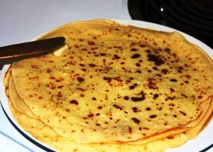 готовые блины подаем с маслом, медом или сметаной
