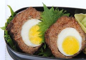 готовое блюдо подаем с соусом и салатом