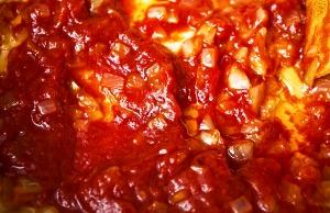 добавляем томатную пасту, сахар и 2 литра кипятка
