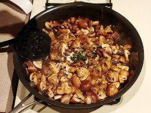 тушим грибы с чесноком и базиликом