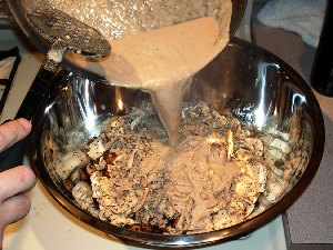 смешиваем курицу, лук, грибы и соус
