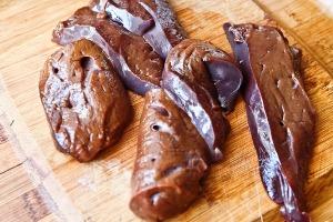 нарезаем печень на 6 частей
