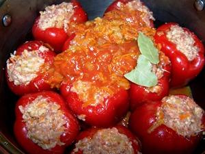 начиняем перцы фаршем и поливаем соусом