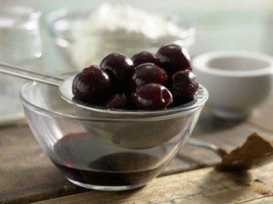 кладем вишни в мультикастрюлю и заливаем сиропом