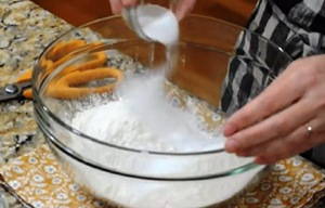 перемешиваем муку, соль, соду и сахар