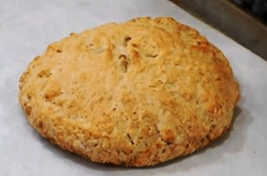 проверяем хлеб на готовность