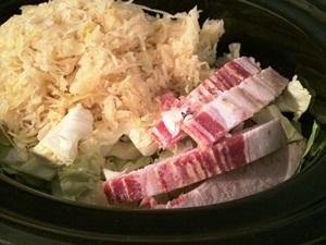 добавляем нарезанные грибы, бекон, колбасу, бульон и специи
