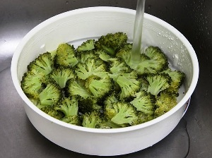 достаем брокколи из кастрюли и подставляем под холодную воду
