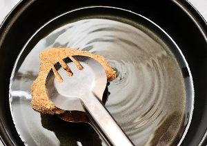 выкладываем крылышки в горячее масло