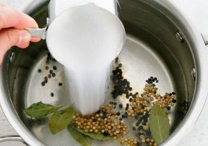 добавляем в воду соль, сахар и специи