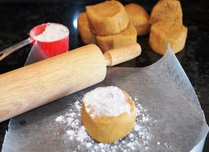 замешиваем тесто и разрезаем на части