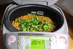 готовый рис подаем с мясом и зеленью