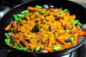 посыпаем овощи приправой и перемешиваем