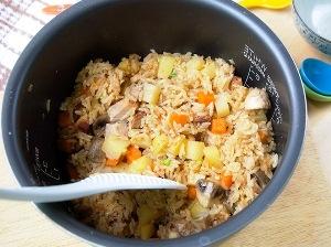 мясо, рис и овощи тушим в течении часа