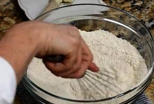 смешиваем муку, соль и разрыхлитель