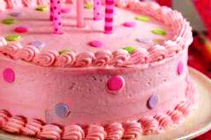 на готовый торт устанавливаем свечи
