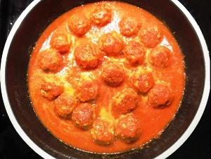 заливаем котлеты томатной смесью