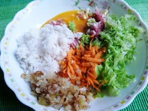 смешиваем фарш, рис, яйцо и рубленную капусту