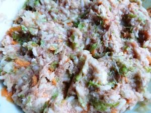 приправляем ингредиенты солью, перцем и перемешиваем