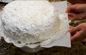 вытаскиваем из-под торта бумагу