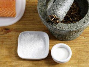 натираем филе сахаром, солью и специями