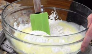 смешиваем яйца и сухие ингредиенты