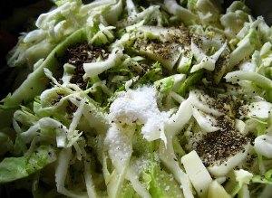 выкладываем поверх риса капусту и поливаем томатной смесью