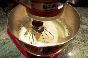 добавляем сливочное масло и взбиваем миксером