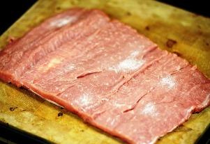 посыпаем мясо солью и перцем