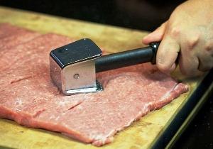 отбиваем свинину кухонным молотком